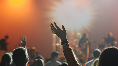 Bilder på människor som lyssnar på en konsert.