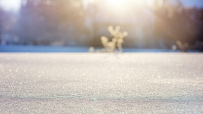 Foto på snö som ligger på marken.