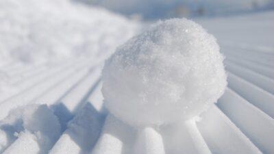 En snöboll som ligger i snön.