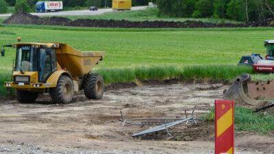En åker och uppgrävd mark där padelcentret ska byggas.