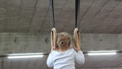 Ett barn som tränar gymnastik