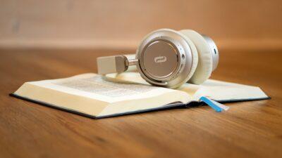 En bok och ett par hörlurar