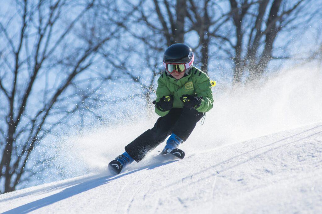 En pojke åker skidor