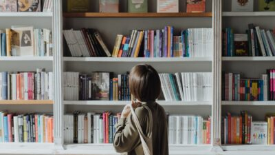 Tjej i bokaffär