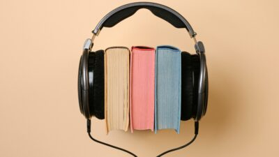 Hörlurar och böcker