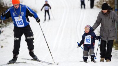 Barn som åker skidor.