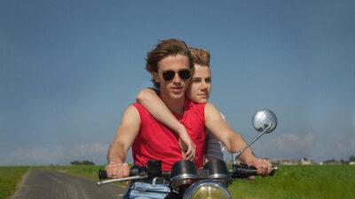 Två killar som åker motorcykel