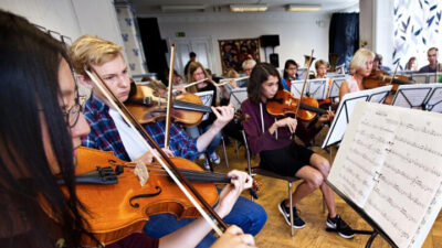 Musikskoleelever som spelar i en stråkorkester.