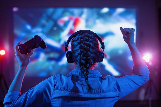 En tjej som spelar datorspel