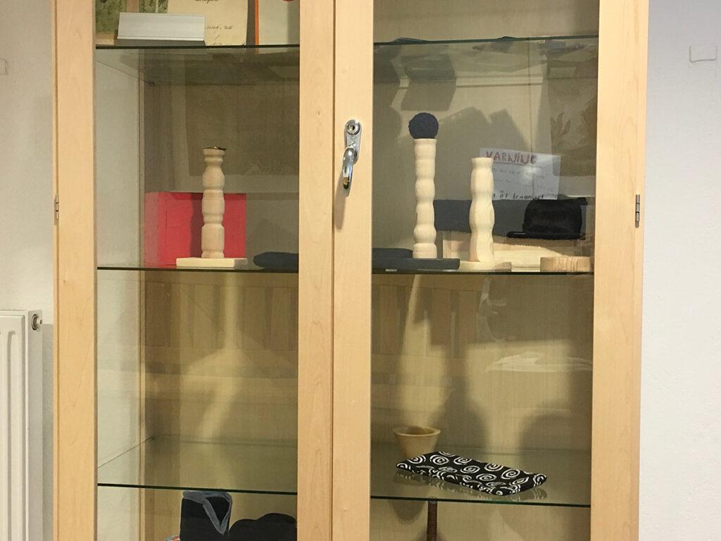 Foto på ett skåp med saker som elever har gjort i slöjden.