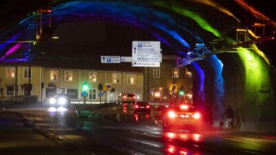 Foto från Hinsetunneln som är upplyst i regnbågens färger.