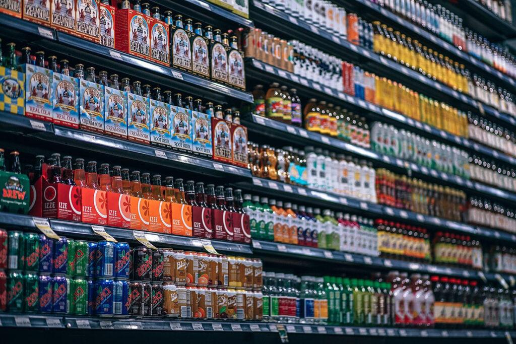 Hyllor i en affär full med burkar och flaskor.