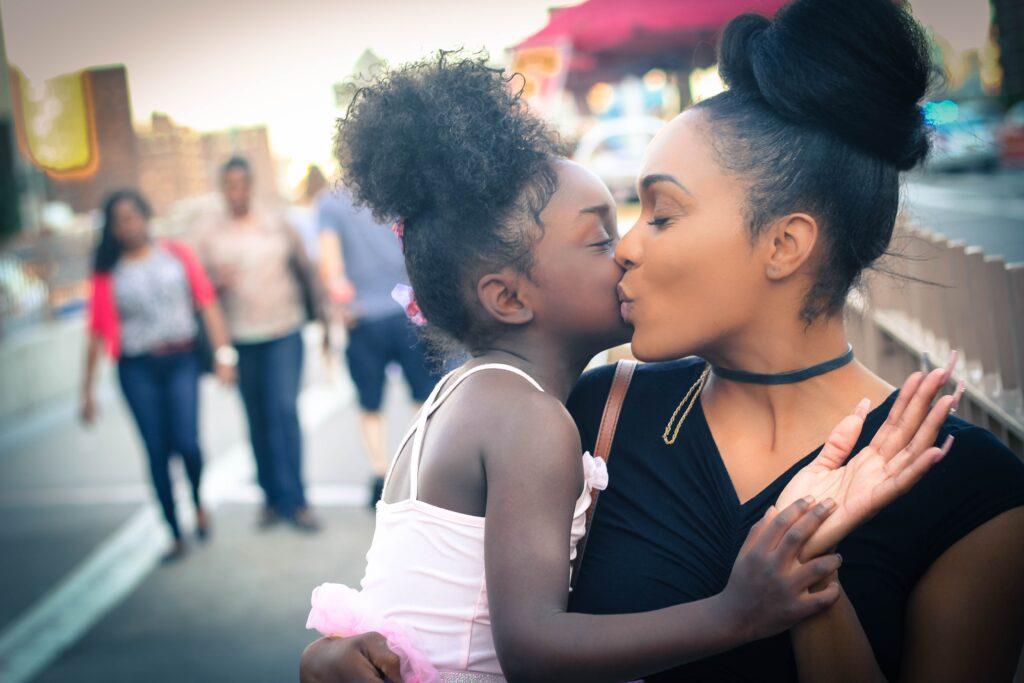 En flicka pussar sin mamma