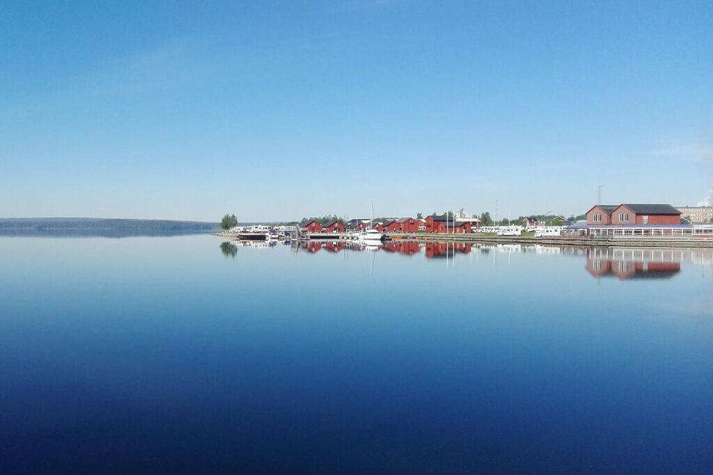 Foto vid vattnet en tidig morgon.