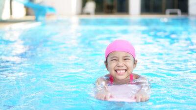 Ett barn som simmar i en pool