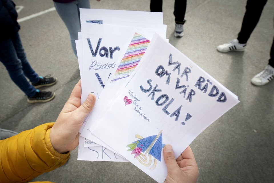 Handskrivna och färgglada lappar där eleverna ber de boende i området om hjälp.