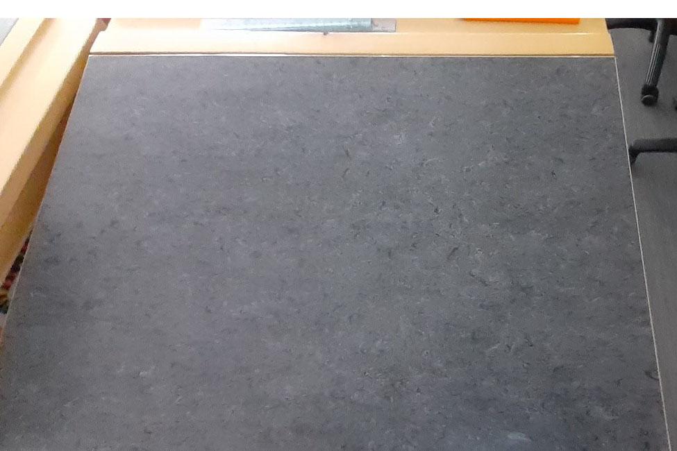 Foto på en grå skolbänk.