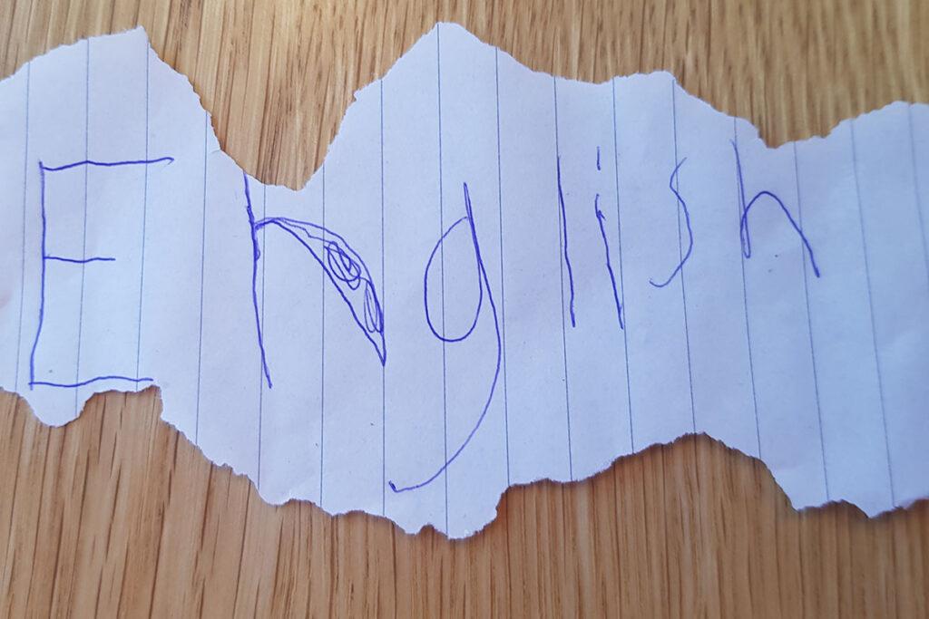 """En papperslapp som det står """"English"""" på."""