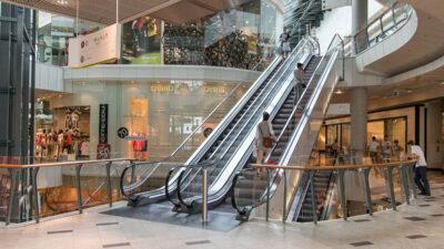 Bild på rulltrappor i ett köpcentrum.