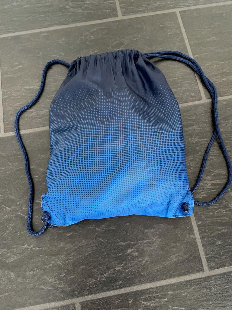 En blå gymnastikpåse.