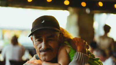 En man kramar ett barn