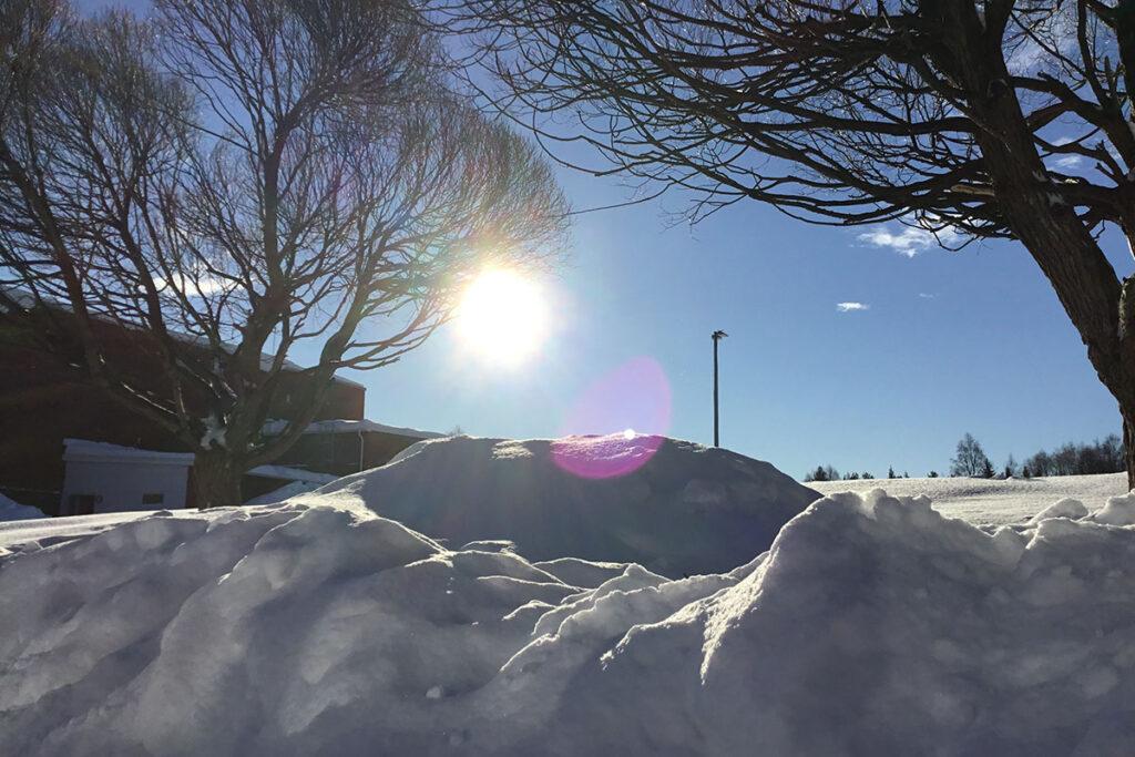 Snöhögar och sol.