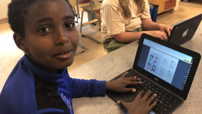 En elev framför datorn på Mörrums skola.