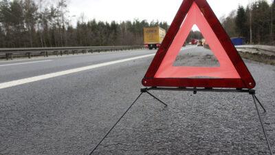 En varningstriangel som är uppsatt i väggrenen.