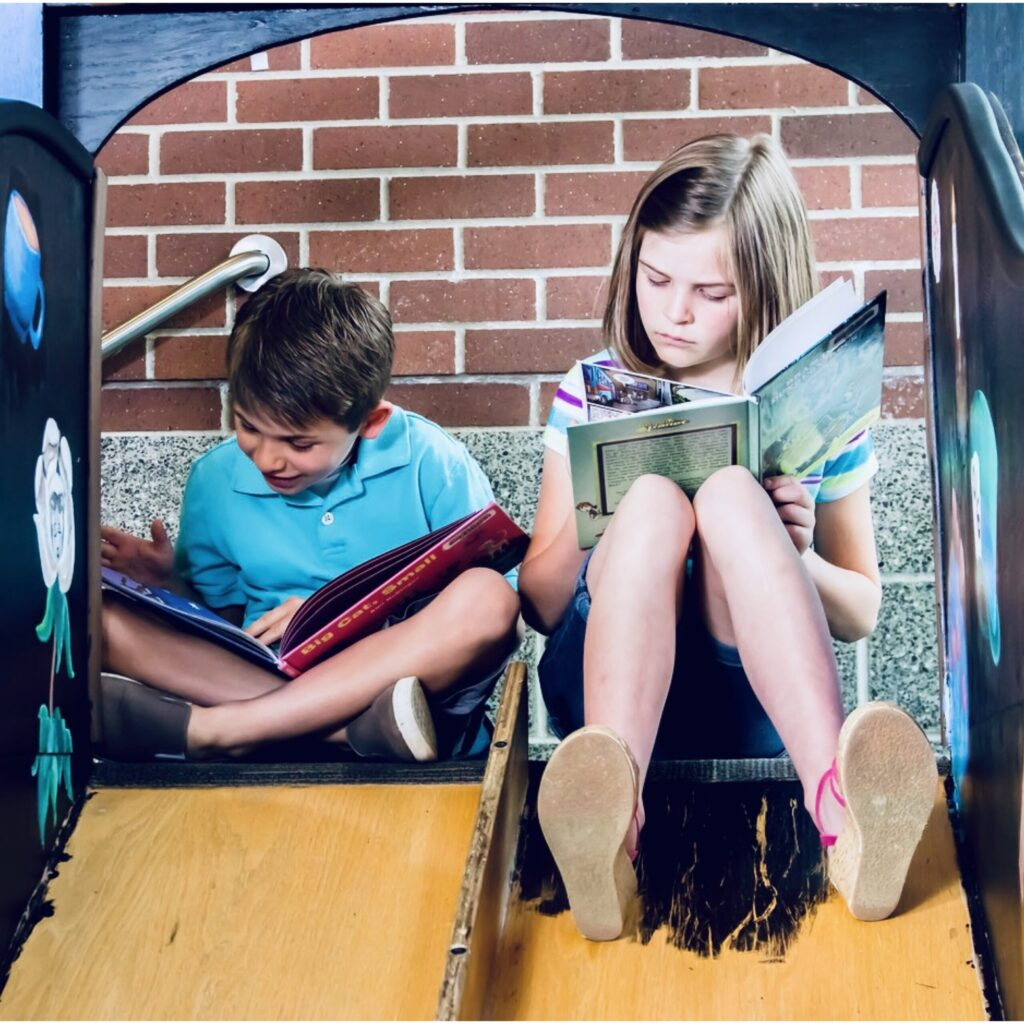 Två barn som läser böcker