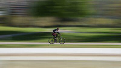 Skridskostjärnan ska cykla genom sverige