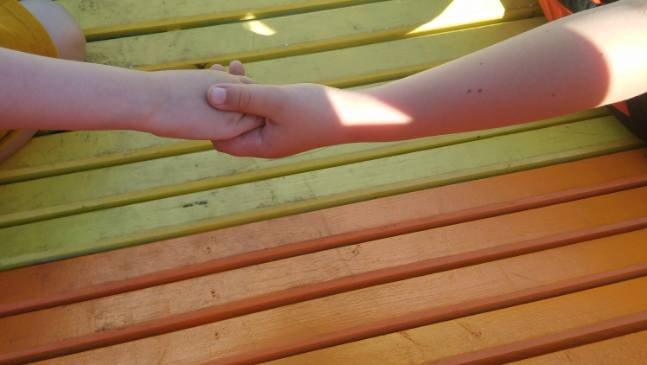 Pride: Händer vid bänk